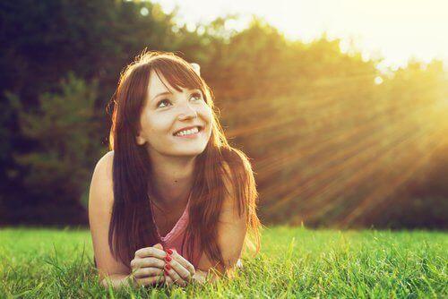 Nainen auringonpaisteessa