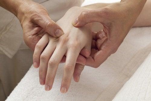 menopaussin oireena voi olla osteoporoosi
