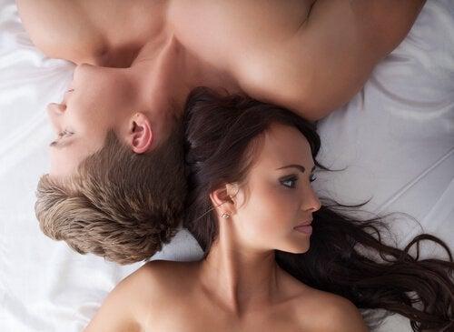 Pari sängyssä