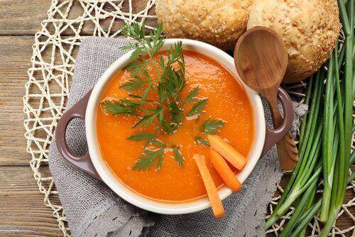Porkkana sisältää runsaasti antioksidantteja ja vitamiineja.