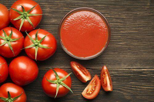 Hoida verisuonten terveyttä tomaattimehun avulla.