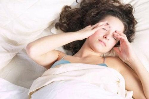 Väsynyt nainen sängyssä