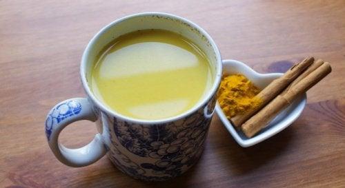 Stimuloi aivojasi tällä superjuomalla: kaneli, hunaja ja kurkuma