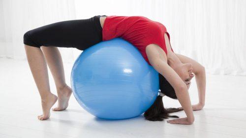 venytystä jumppapallon avulla
