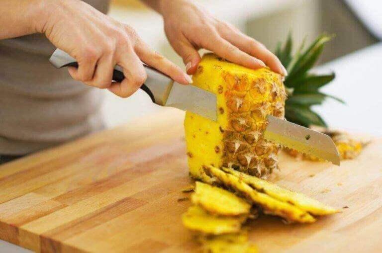 Mustapäiden poistoon tarkoitettuun naamioon voi käyttää ananasta.