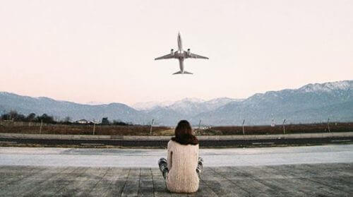 katselee lentokoneen nousua