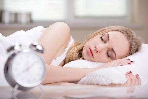 tyttö nukkuu pitkään