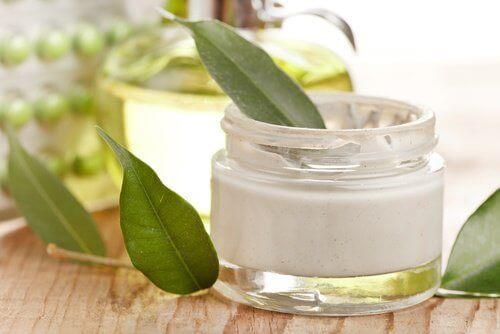 Kotitekoisella anti-aging -voiteella ravitset ja uudistat ihoasi.