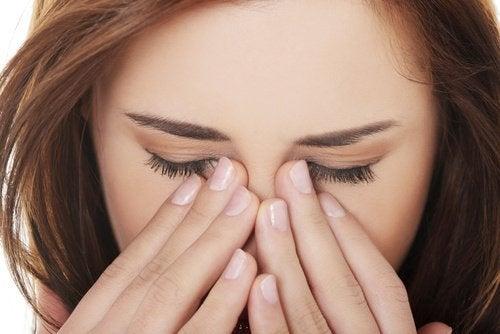 Silmien hierominen ei ole hyväksi silmille.