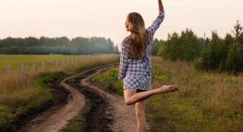 vahva nainen tanssii