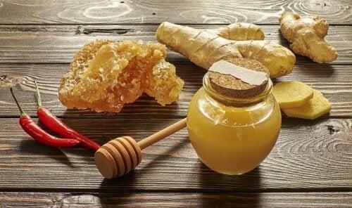 rauhoita yskä hunajalla ja inkiväärillä