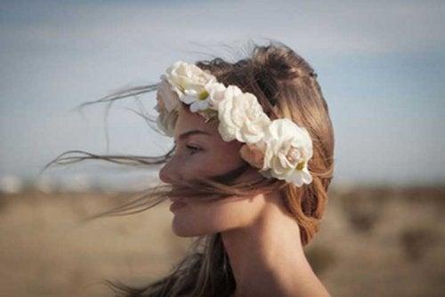 nainen tuulessa