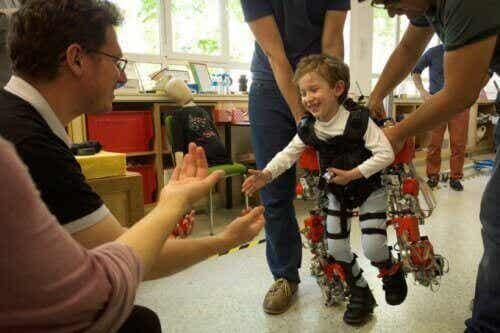 Uusi tukilaite auttaa halvaantuneita lapsia kävelemään