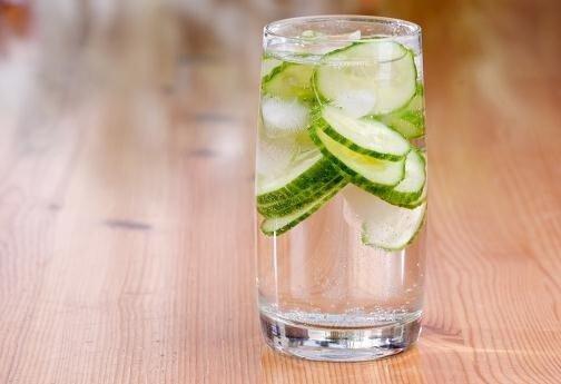 kurkkujuomaa lasissa