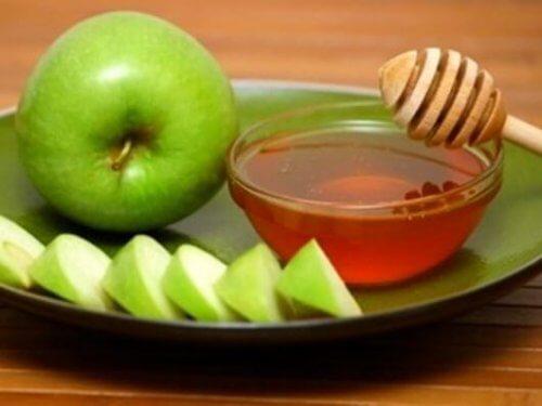 rauhoita yskä omenalla