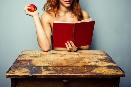lukee alasti omena kädessä