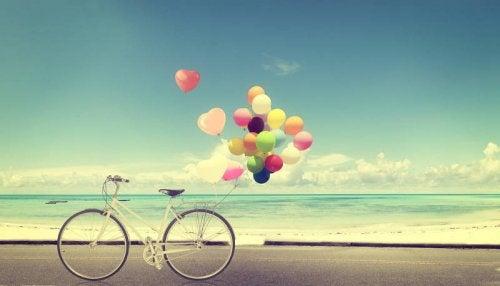 pyörässä on värikkäitä ilmapalloja