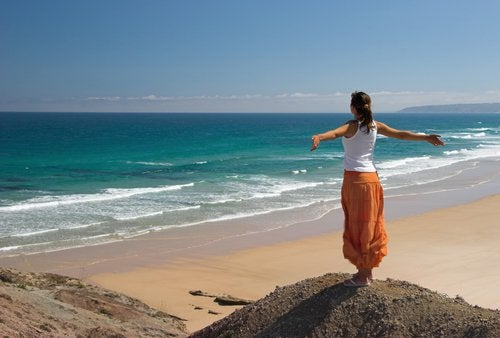 nainen ja lomailu rannalla