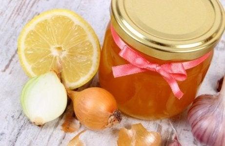 rauhoita yskä sipulilla ja hunajalla