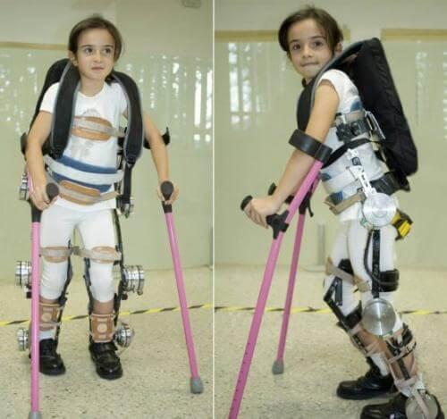 Tukiranka auttaa halvaantuneita lapsia kävelemään.