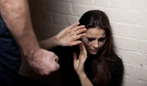 7 varhaista merkkiä väkivaltaisesta parisuhteesta
