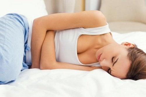 nainen kärsii endometrioosista