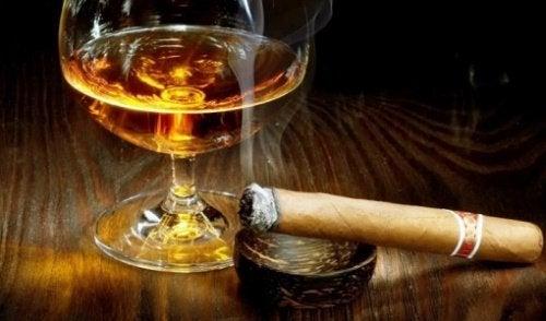 alkoholi ja sikari