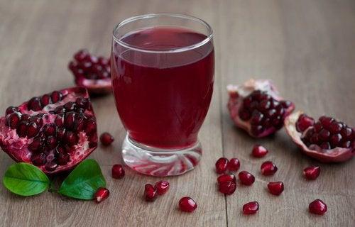 Granaattiomenamehun juominen auttaa ehkäisemään korkean verenpaineen syntyä.