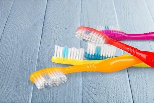 siivoa pöly vanhalla hammasharjalla
