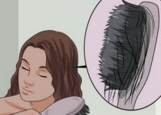 harjassa hiuksia