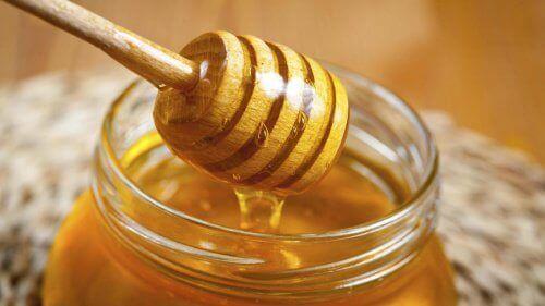 vaalenna hiuksia hunajalla