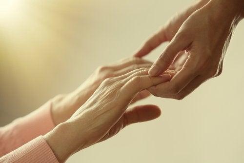 MS- taudista kärsivän käsissä saattaa ilmetä heikkoutta.