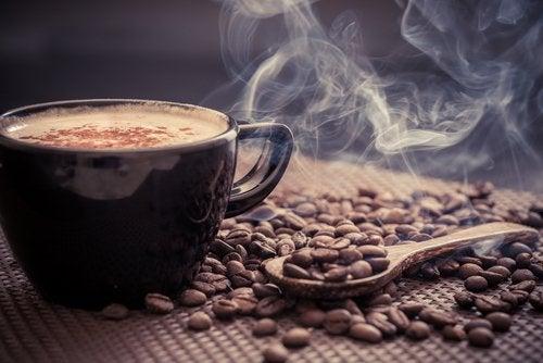 Kofeiini nostaa adrenaliinitasoja.