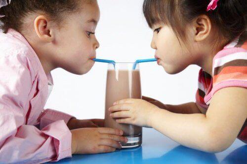 lapset juovat suklaapirtelöitä