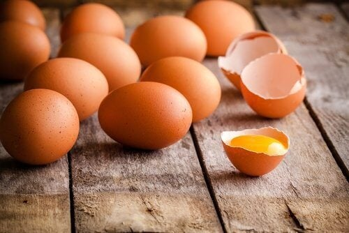 ruskeita kananmunia pöydällä