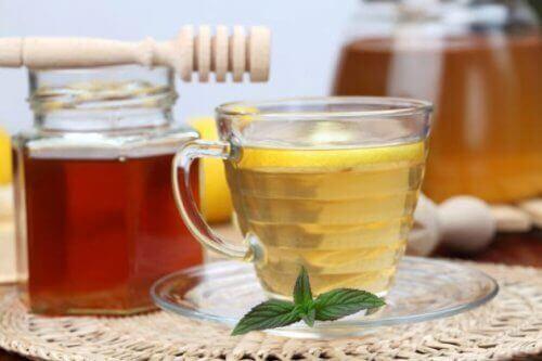 Torju selluliittia omenaviinietikka-hunaja- hoidolla nauttimalla sitä sisäisesti.