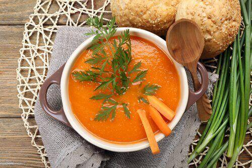 Rasvaa polttava keitto porkkanasta, kurpitsasta ja inkivääristä.