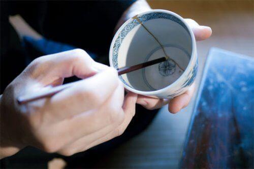 Tämä japanilainen tekniikka rikkinäisen keramiikan korjaamiseen antaa ajattelemisen aihetta