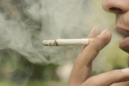 mies tupakoi