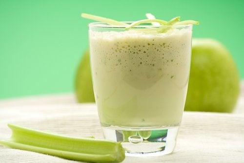 vihreä omena ja selleri -smoothie