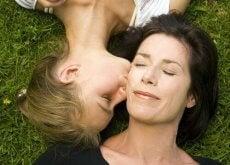 tytär suukottaa äitiään