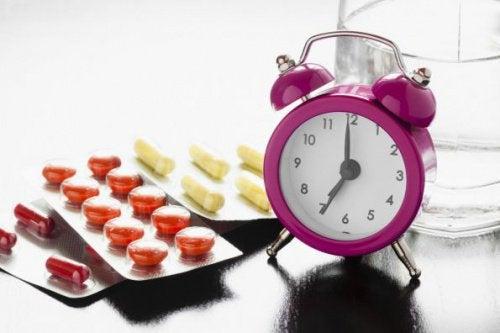 lääkkeitä ja herätyskello