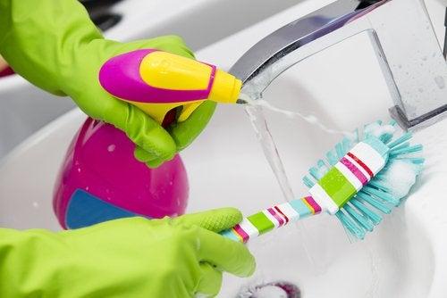 Hanojen puhdistamiseen ei tarvitse käyttää vahvoja kemikaaleja.
