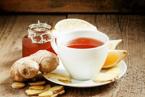 Voit hoitaa turvonneita polvia nauttimalla inkivääristä ja kurkumasta valmistettua teetä.