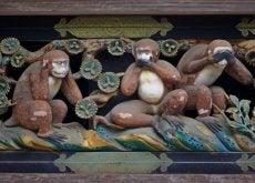 kolmen viisaan apinan veistos