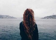 nainen katsoo vettä