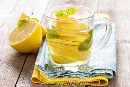 sitruunavesi vähentää vatsan turvotusta