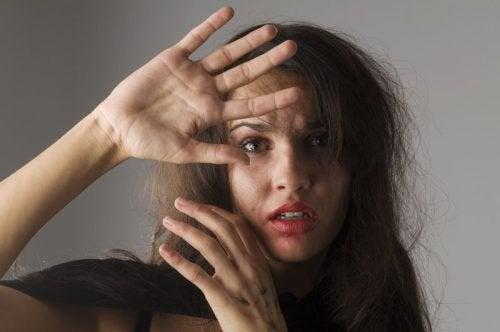 5 merkkiä siitä, että naista pahoinpidellään