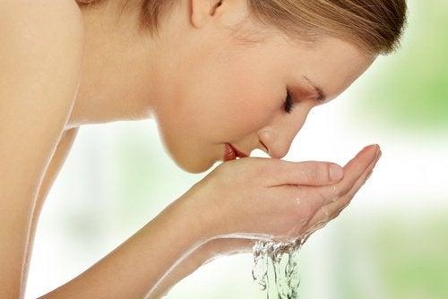 Kasvojen puhdistus on luonnollinen hoito akneen
