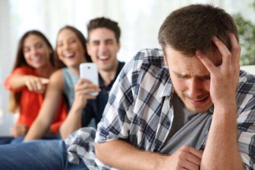 toiset nauravat ahdistuneelle